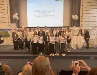 Ties Rabe ehrt Schülerfirmen beim JUNIOR-Landeswettbewerb